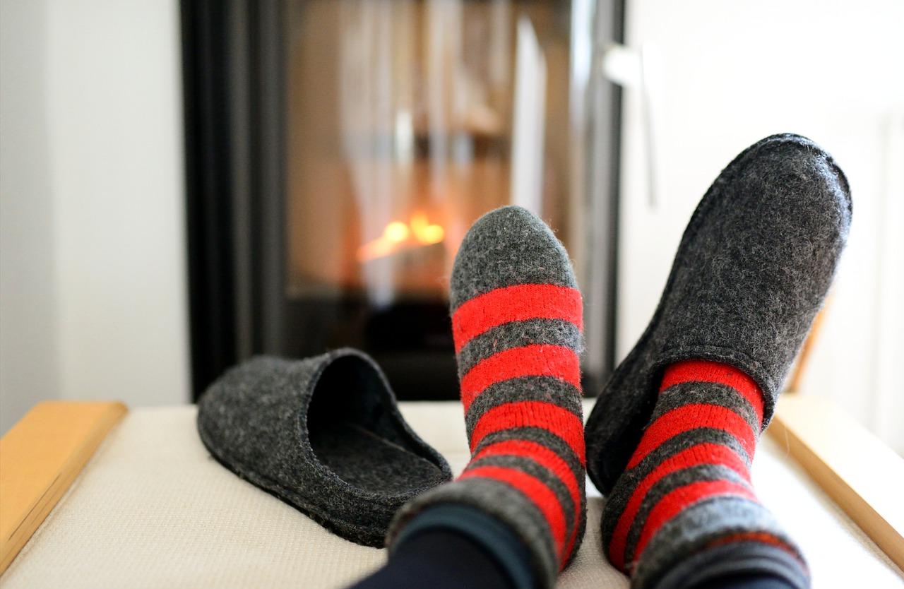 Capodanno in pantofole, saluteremo il 2021 con outfit comodi