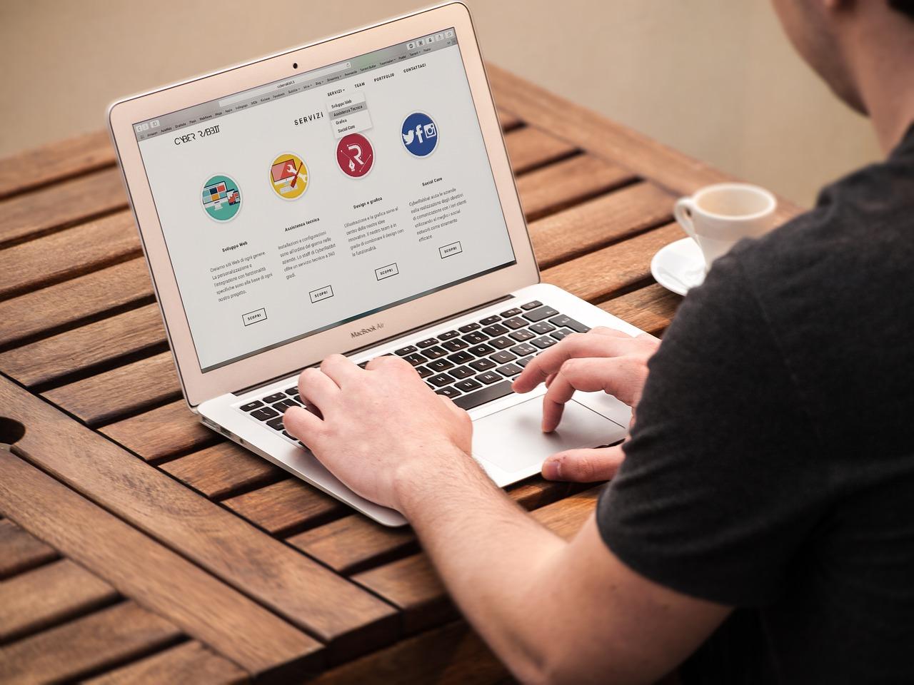 Qual è il miglior modo per realizzare un sito web aziendale?